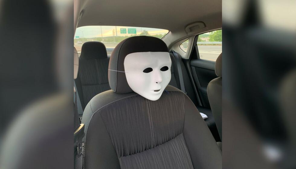 KREATIVT: Den hvite masken ble stroppet fast til passasjersetet slik at det skulle framstå som om det satt to personer i bilen. Den kreative løsningen holdt imidlertid ikke. Foto: Suffolk County Police