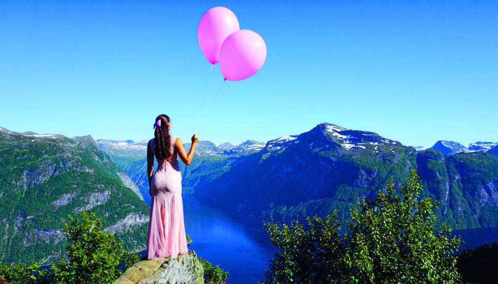 TIPS TIL NORGESFERIEN: I «Min Insta-tur» tar Julie Bjanes oss med til 50 norske destinasjoner. Her ved Ljøbrekka, over Geirangerfjorden. Foto fra boka