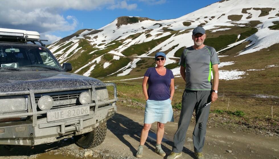 KAUKASUS: Ekteparet elsker å reise. Her er de høyt oppe i Kaukasusfjellene, fra en ferie i 2017. Foto: Privat