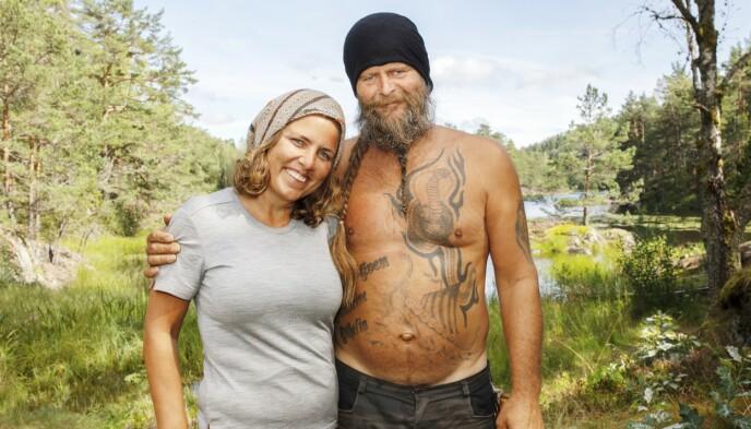 HOLDER KOKEN: Frank Tore Aniksdal og Eunike Hoksrød på «Torpet» i 2019. Etterpå ble de kjærester. Foto: TV 2