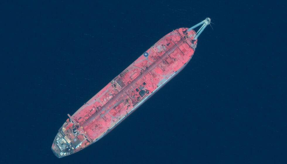 MULIG MILJØKATASTROFE: Dette satellittbildet viser FSO Safer-tankskipet, også kalt spøkelsesskipet, som ligger utenfor borgerkrigsherjede Jemens kyst i Rødehavet. Den er lastet med 1,1 millioner fat olje, som eksperter frykter kan slippe ut i Rødehavet. Det vil i så fall skape en gedigen miljøkatastrofe. Houti-bevegelsen i Jemen skal bruke miljøbomba som forhandlingskort. Foto: Ap / NTB