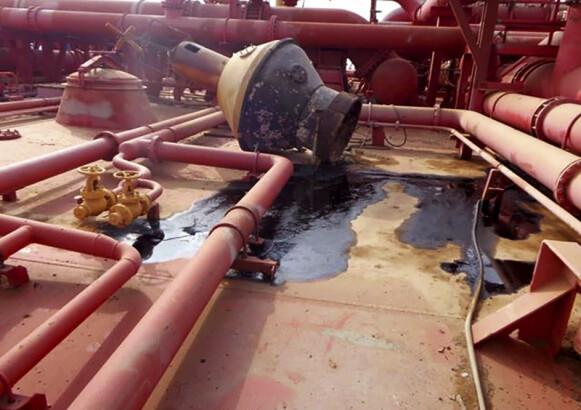 Små utslipp: Dette bildet viser en av flere små oljesøl i et oljetankskip kalt FSO Safer. Eksperter frykter at skipet kan eksplodere og skape en stor miljøkatastrofe i Rødehavet. Foto: AP / NTB