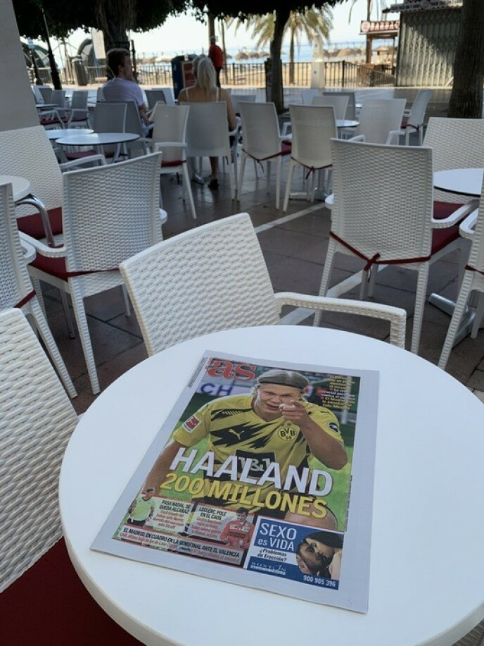 Godt lesestoff til kaffe: Avisa pynter kafeene i Marbella på søndag med Earling Brad Holland på forsiden. Foto: Dor Ulrich Broadland