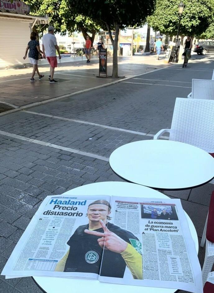 Dobbeltside: Med strender og palmer i bakgrunnen kan spanske avislesere lese en artikkel om Earling Broad Holland i dag. Foto: Dor Ulrich Broadland
