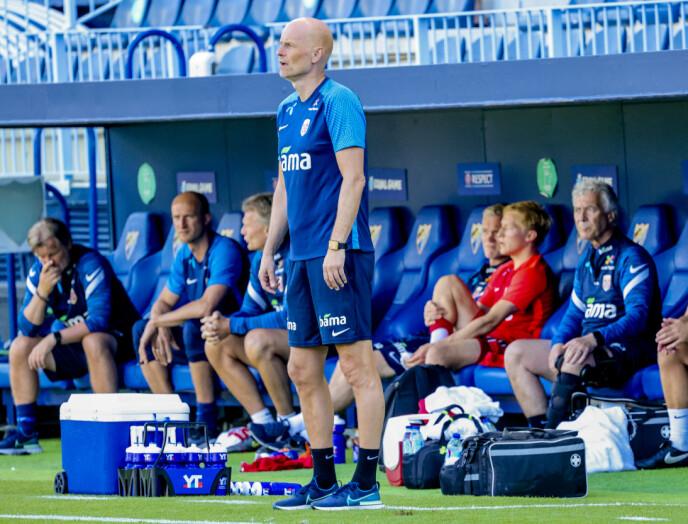 TØFF START: Ståle Solbakken har ikke fått den starten han drømte om som landslagstrener. Her fra sidelinja på Estadio La Rosaleda søndag kveld. Foto: Geir Olsen / NTB