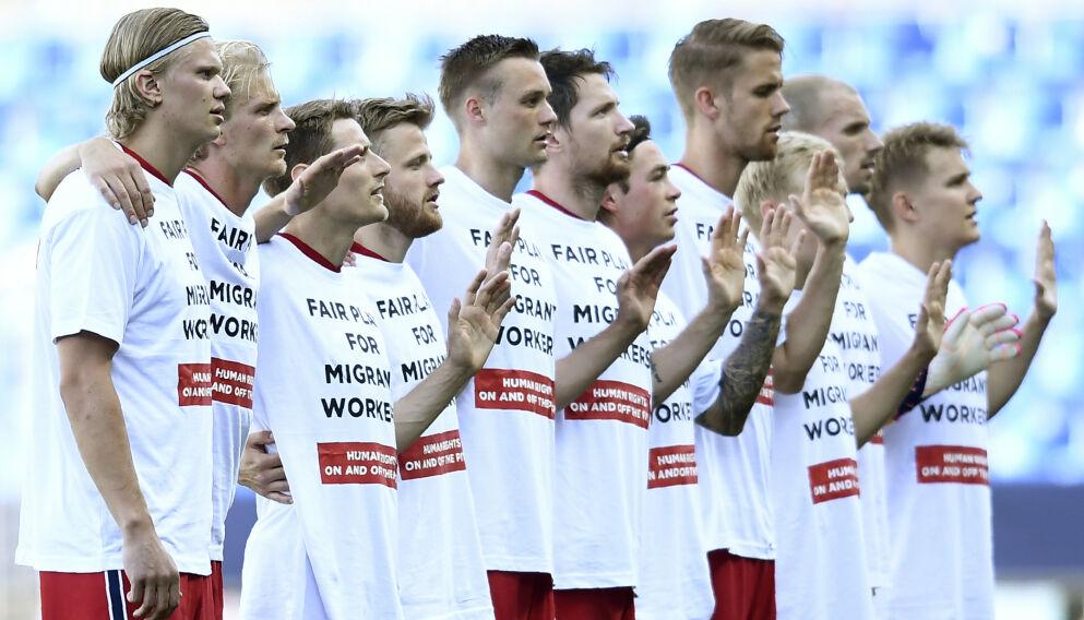 MARKERING: Erling Braut Haaland (t.v.) var den eneste som ikke løftet hånda da Norges nasjonalsang ble spilt før kampen. Foto: NTB