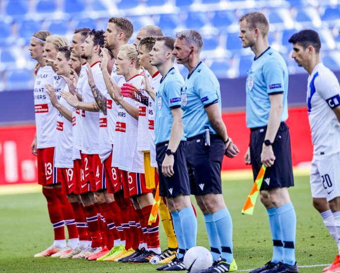 KRAFTFULLT: Verken dommerne eller de greske spillerne var med på markeringen. Haaland ytterst til venstre. Foto: Geir Olsen / NTB