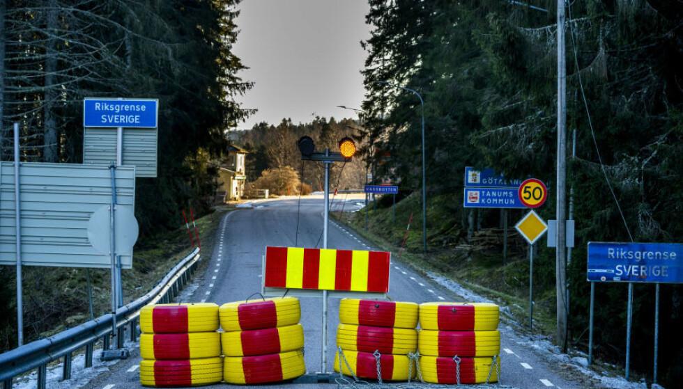 STENGT GRENSE: Nordmenn med hytte i Sverige gikk til retten for å slippe karantene etter opphold på hytta. Her sperringer på svenskegrensa i Halden kommune. Foto: Torstein Bøe / NTB