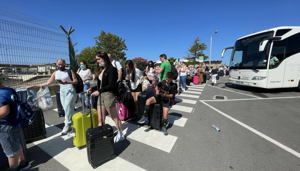 Impegnato: molte persone avevano fretta di tornare a casa, per evitare di essere messe in quarantena martedì mattina presto.  Foto: SplashNews.com/NTB