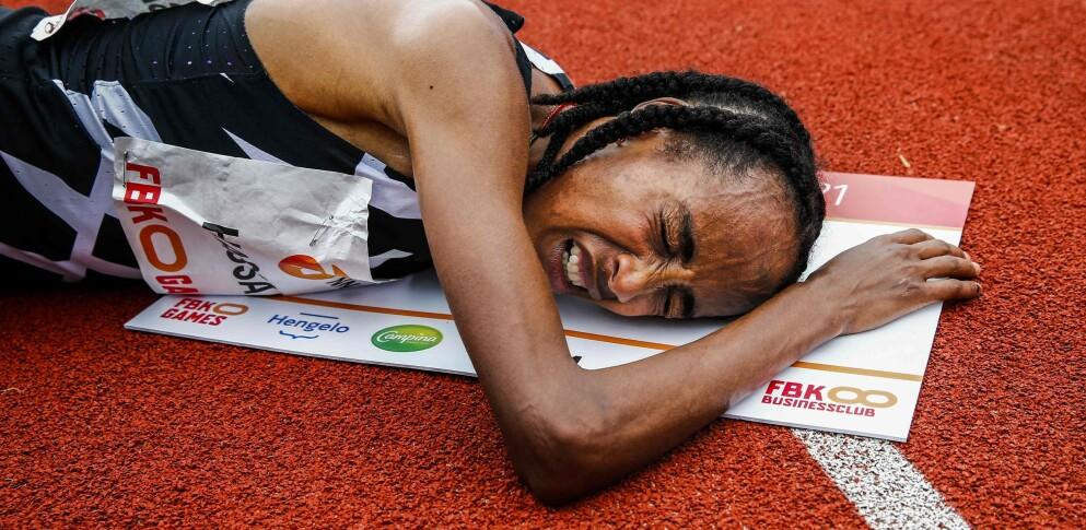 SLITEN NOK: Uansett supersko og uante krefter. Også Sifan Hassan kjente løpet på kroppen etter sin verdensrekord på 10 000 meter. FOTO: Vincent Jannink / ANP / AFP.