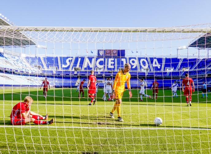 NEDTUR: André Hansen måtte plukke to baller ut av nettet. Her etter 2-0-scoringen til Hellas på Estadio La Rosaleda i Málaga. Foto: Geir Olsen / NTB