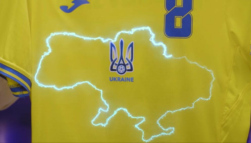 RASERI: Dette omrisset av et kart på Ukrainas nye EM-trøye får skryt av amerikanske myndigheter, men har skapt raseri i Russland: Foto: Ukrainas fotballforbund
