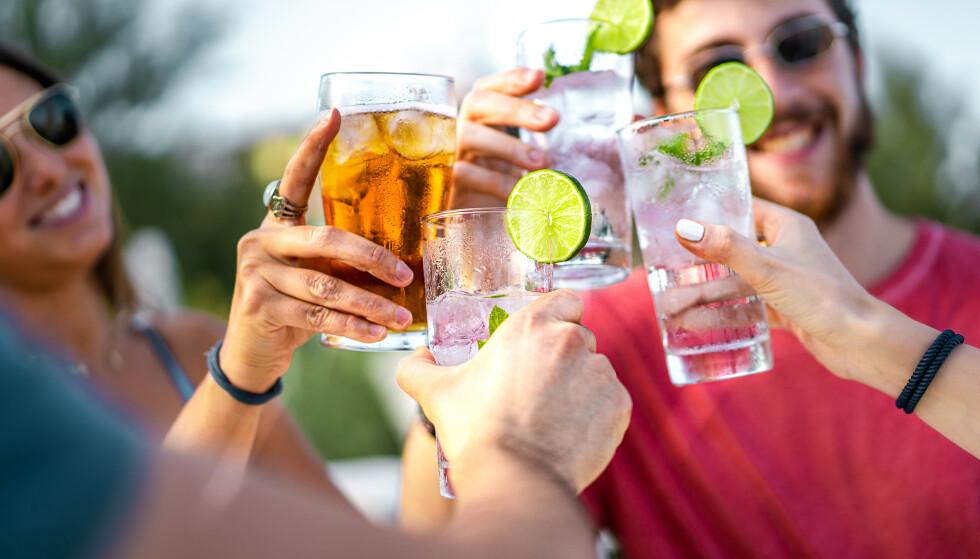SOMMER OG ALKOHOL: En kald pils eller ti i sola er ikke uvanlig i hete sommerdager. Men når blir det for mye? Foto: Shutterstock