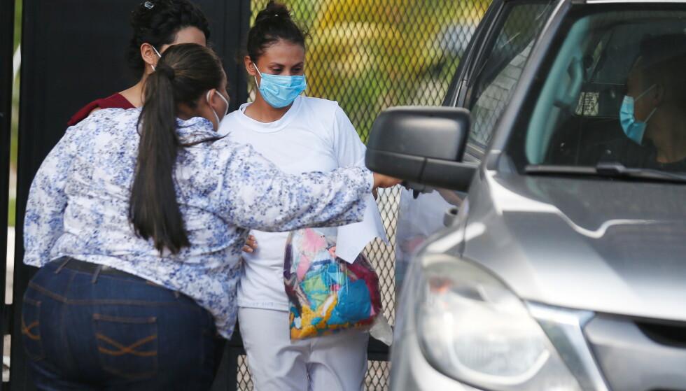 LØSLATES: Sara Rogel (28) ble møtt av familien, advokaten Karla Vaquerano og medlemmer av en gruppe som kjemper for abortrettigheter i El Salvador. Foto: Jose Cabezas/ Reuters/ NTB.
