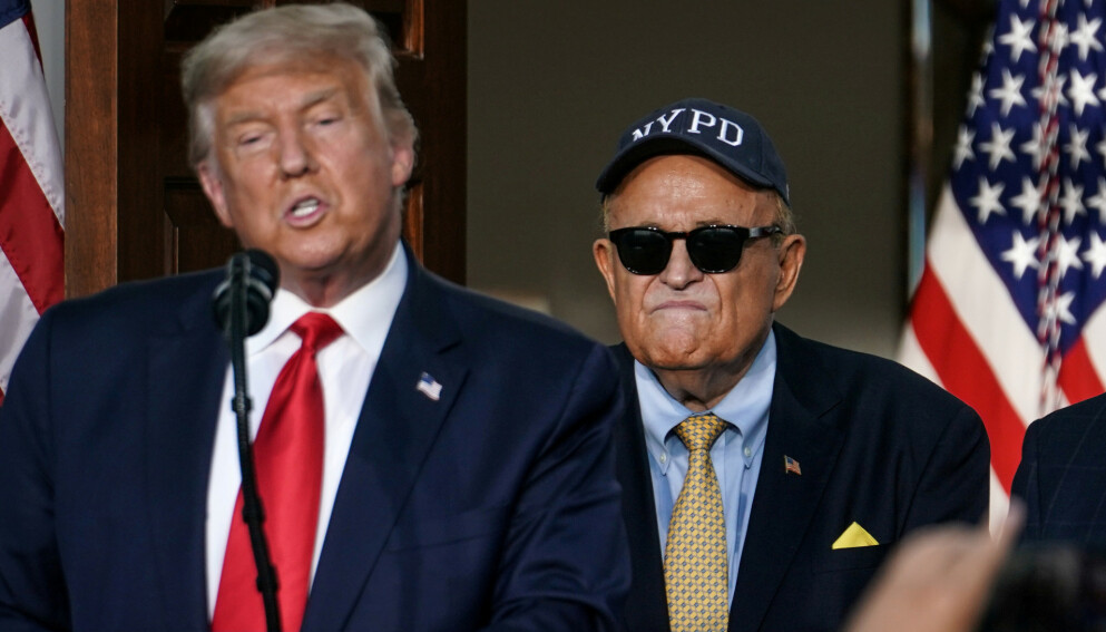 ADVOKAT: Tidligere New York-borgermester Rudy Giuliani avbildet sammen med daværende president Donald Trump under en pressekonferanse i fjor sommer. Giuliani er Trumps mangeårige personlige advokat. Foto: REUTERS/Sarah Silbiger / NTB