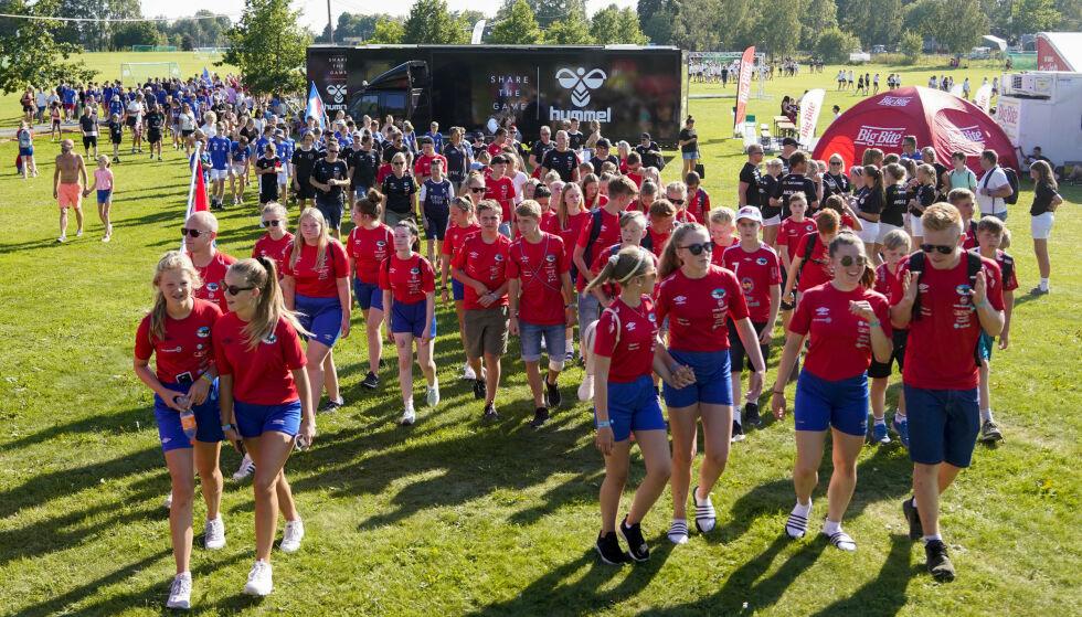 FOLKEFEST: Masse folk på Ekebergsletta under paraden og åpningskonserten i forbindelse med Norway Cup 2019. Foto: Fredrik Hagen / NTB