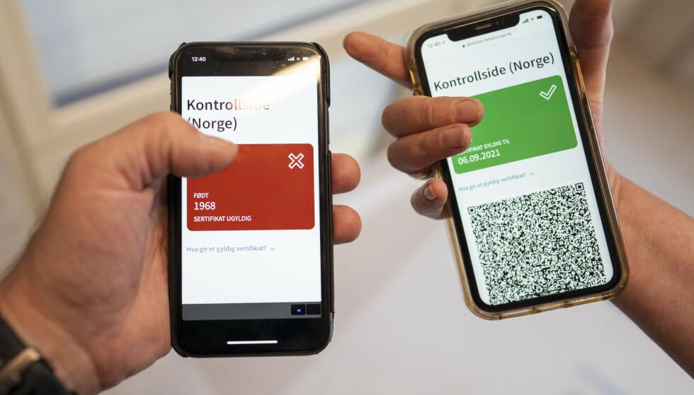 NYTT SERTIFIKAT: FHI har kommet med et nytt coronasertifikat der en QR kode i en mobil applikasjon viser grønn om en person er fullvaksinert eller rød dersom man ikke er det. Coronasertifikatet ligger på Helsenorge.no , og kan vises ved kontroll, lastes ned på mobil eller skrives ut fra disse sidene. Alle som logger seg inn på Helsenorge, kan allerede nå se den oppdaterte versjonen med grønt og rødt lys og QR-koder for kontroll.Foto: Heiko Junge / NTB