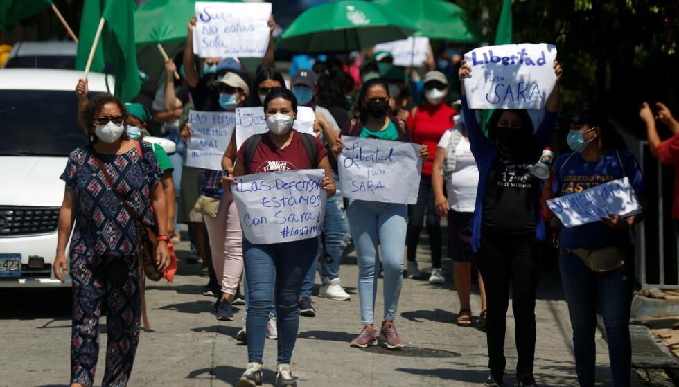 """STØTTE: Flere kvinner gikk i gatene i Cojutepeque den 31. mai for å støtte Sara Rogel i sin høring. På skiltene står det: """"Forsvarerne. Vi er med Sara"""" og """"Frihet til Sara"""". Foto: Jose Cabezas/ Reuters/ NTB."""