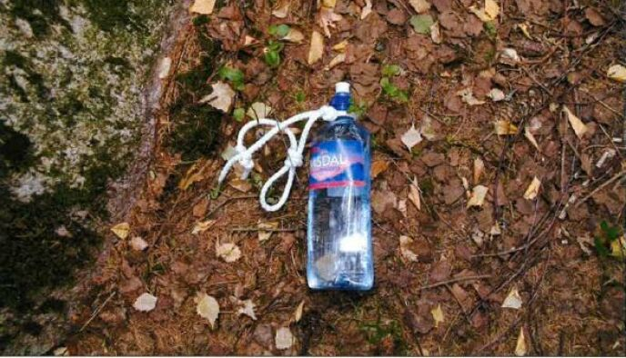 PÅ ÅSTEDET: Det lå igjen en flaske med alkohol på åstedet. Foto: Politiet