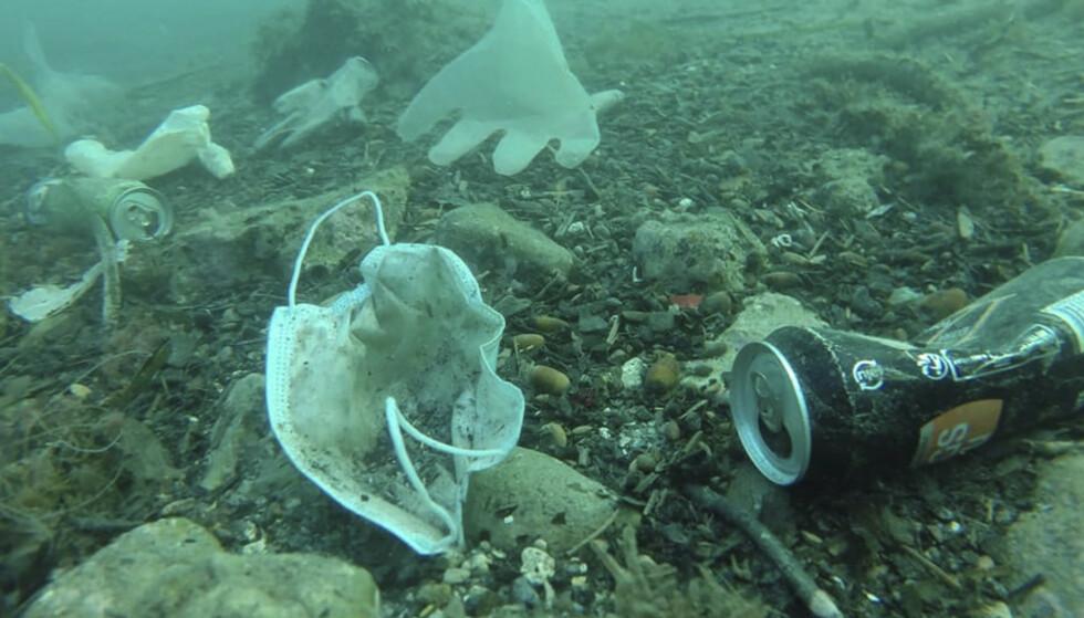 SØPPEL: Deler av havbunnen er dekket av plastsøppel og metall. Bildet er fra Antibes i Frankrike. Foto: Operation Mer Propre/AP/NTB.