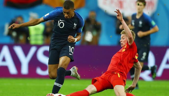 STJERNER: Kevin De Bruyne og Kylian Mbappé i duell under VM-semifinalen i 2018 mellom Frankrike og Belgia. Foto: Kieran Mcmanus/bpi/rex