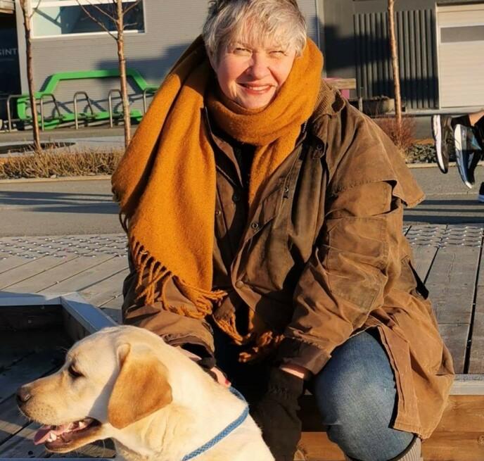 - HELT UFATTELIG: Leder i Norske Retrieverklubb, Siv Sandø, i selskap med en labrador - nær slektning av golden retriever. Foto: Retrieverklubben.