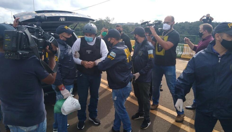 ARRESTERT: Cabrera tilbake på argentinsk jord iført skuddsikker vest, hjelm og håndjern. Foto: Reuters