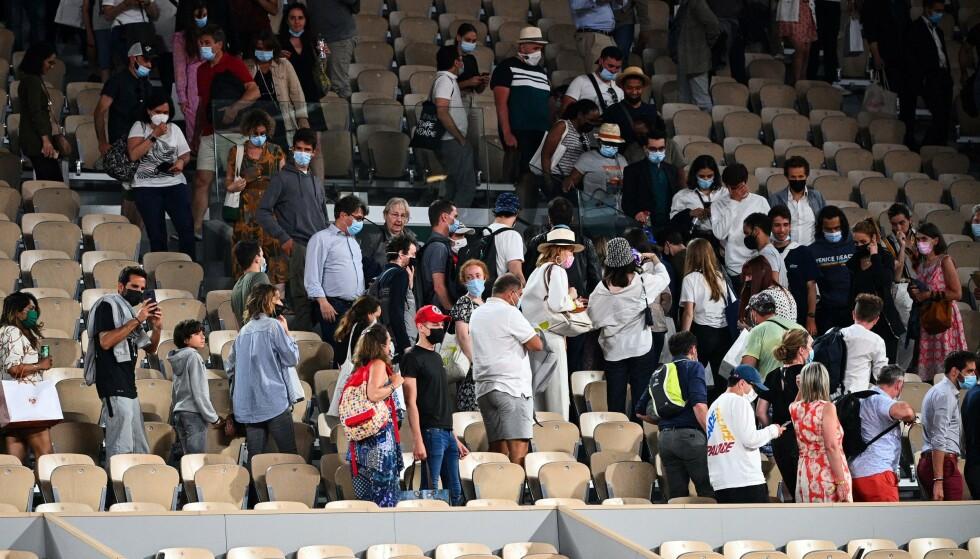 Gefrustreerd: Er waren veel boze toeschouwers die met tegenzin het stadion moesten verlaten.  Foto: AFP