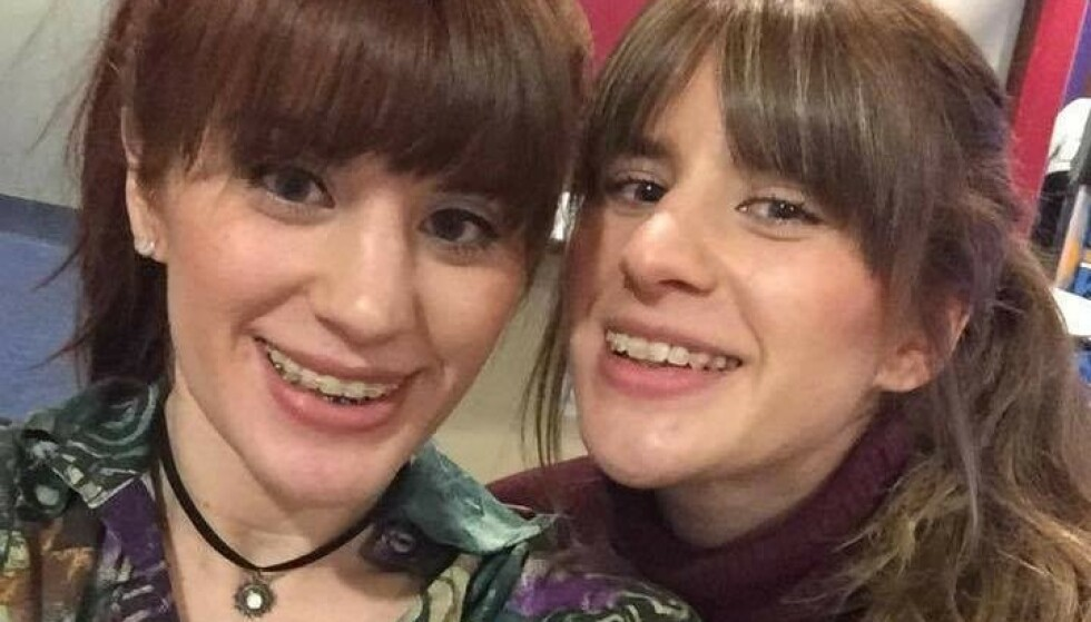 ANGREPET: Det britiske tvillingparet Melissa og Georgia Laurie (28) ble angrepet av en krokodille søndag. Foto: Privat/Facebook