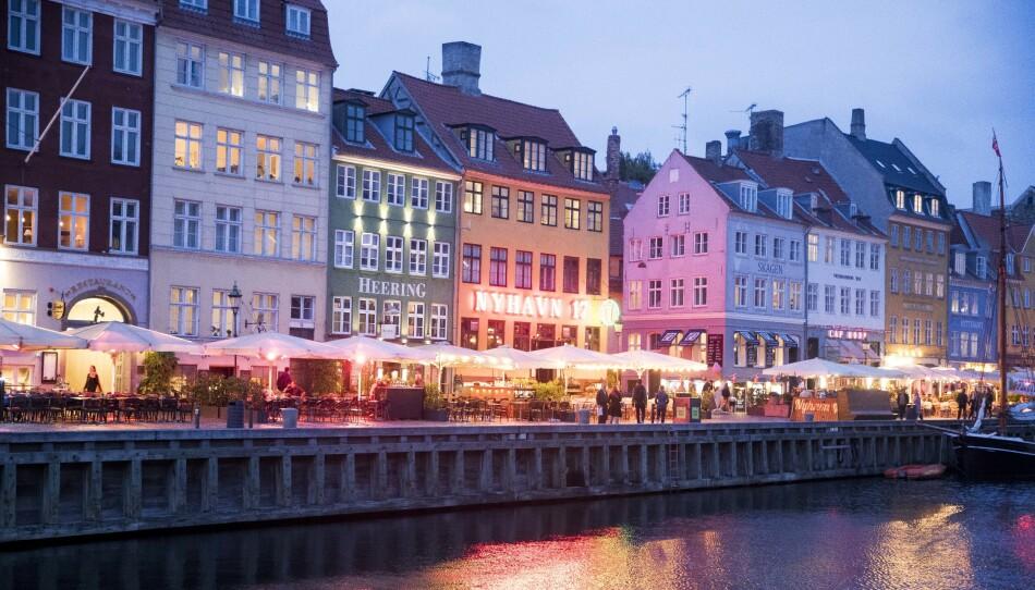 ÅPNER: Danske myndigheter har i løpet av natta klekket ut en plan for hvordan landet skal gjenåpnes i tida framover. Allerede de nærmeste dagene blir det innført store endringer. Her fra Nyhavn i København. Foto: Terje Pedersen / NTB