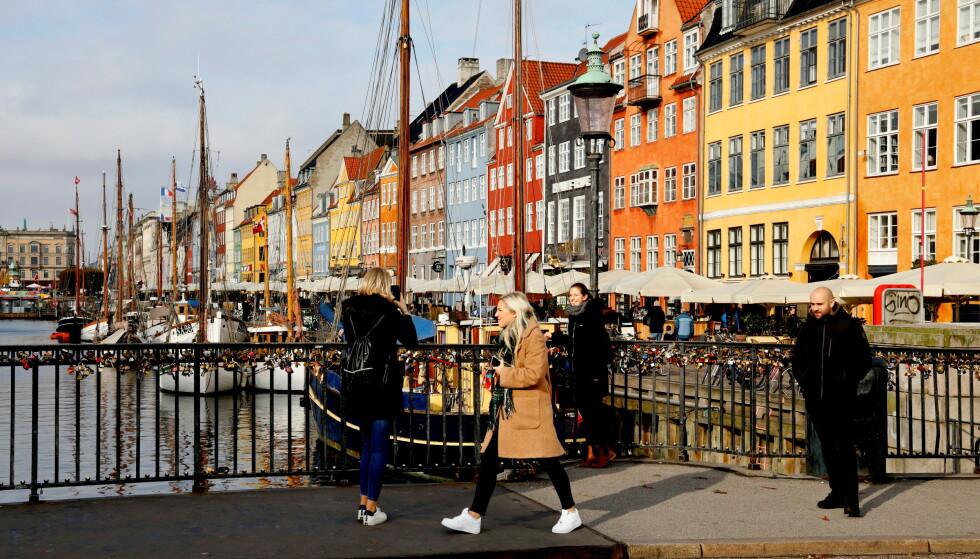 ÅPNER: Både smittetall, antall vaksinerte og innleggelser i sykehus går riktig vei i Danmark. Det gjør at myndighetene nå lemper på restriksjoner. Foto: Jacob Gronholt-Pedersen / Reuters / NTB
