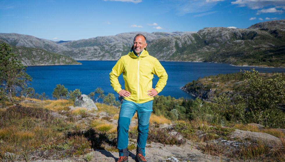 DEBUTERER: Vi har vært vant til å se ham som OL-utøver og de senere årene som programleder for «71 grader nord». Torsdag ble det kjent at Tom Stiansen skal lede OL-sendingene på TVNorge. Foto: TV Norge.
