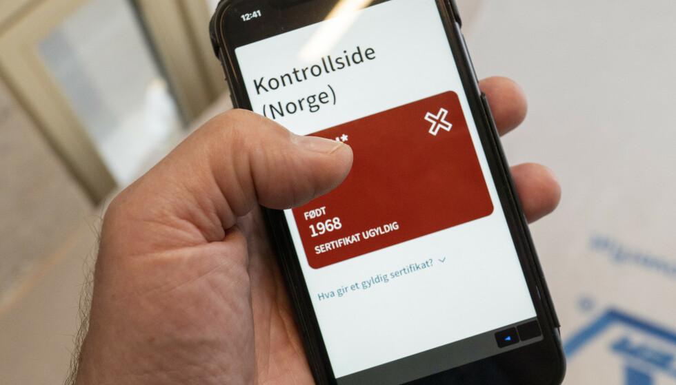 CORONAPASS: Helsedirektoratet blir nedring med spørsmål om coronapass, innreiseregler og karantenehotell. Foto: Heiko Junge / NTB