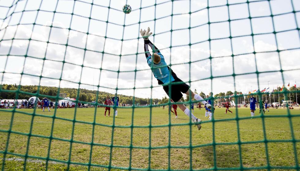 IKKE HJEMMEL: Vi mener at smittevernloven ikke gir hjemmel til å stenge ned fotballen, skriver artikkelforfatterne. Fra Norway Cup: Foto: Vegard Wivestad Grtt / NTB