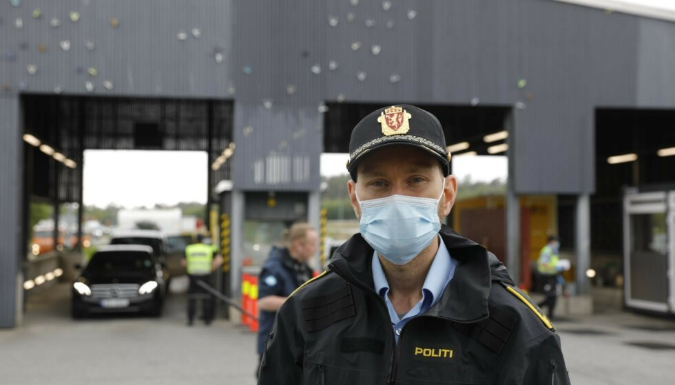 VENTER KØ: Politiførstebetjent Stian Rasmushaugen, grensestasjonen Svinesund venter lange køer inn i Norge fredag ettermiddag.