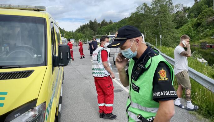 FLØYET TIL OSLO: Jenta ble fløyet i luftambulanse (bak) til Rikshospitalet, etter at blant andre medelever hadde utført livreddende tiltak på stedet. Foto: Theo Aasland Valen