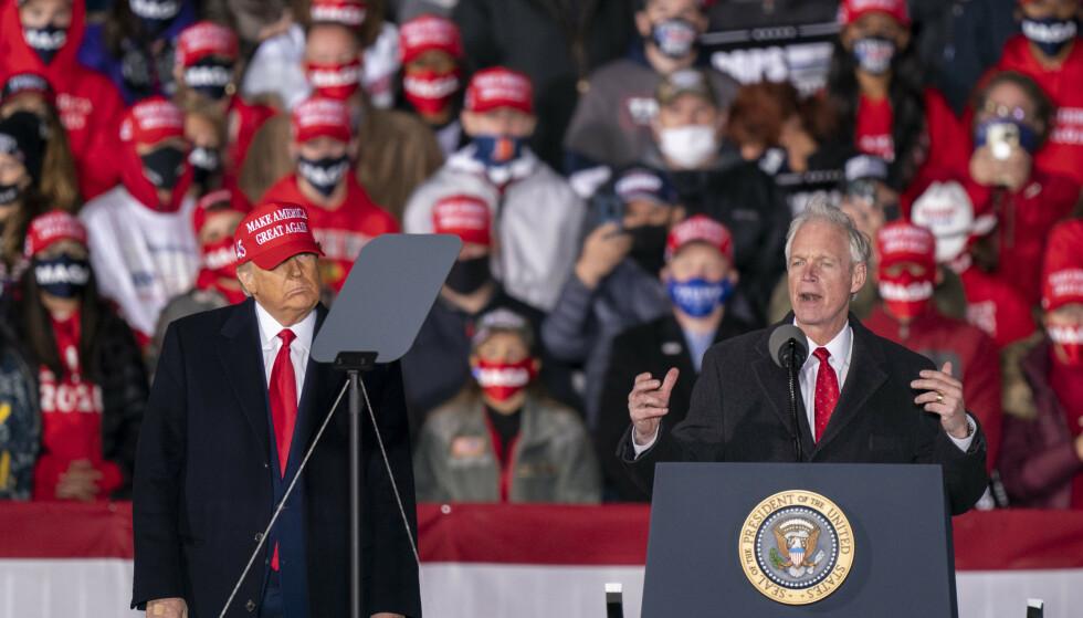 ALLIERTE: Få har gjort mer for å forsvare USAs forrige president Donald Trump og hans rolle i angrepet på Kongressen 6. januar enn den republikanske senatoren Ron Johnson. Foto: AP Photo/Andy Manis