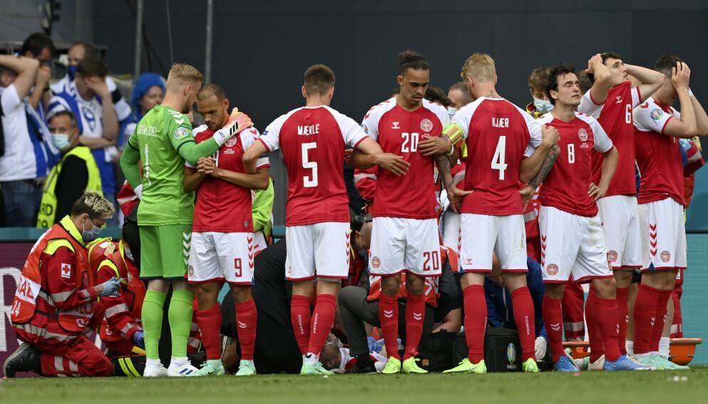 SKJERMET: De danske landslagsspillerne måtte stille seg opp foran lagkameraten Christian Eriksen for å hindre kameraene i å filme ham. Foto: Stuart Franklin / AP / NTB