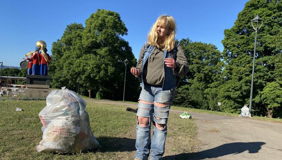 KNUST GLASS: Marianne er hundeeier, og hun skjønner ikke at folk kan etterlate seg knust glass i gresset. Hun tok saken i egne hender og gikk ut for å rydde i morgentimene. Foto: Elias Kr. Zahl-Pettersen / Dagbladet.