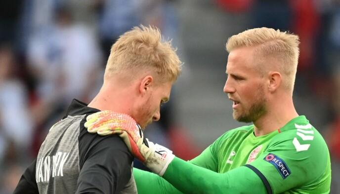 HYLLES: Simon Kjær og Kasper Schmeichel hylles for innsatsen under lørdagens kamp. Foto: AFP.