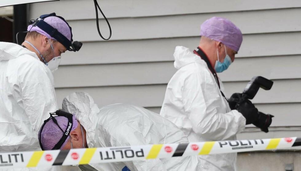 UNDERSØKER: Krimteknikere gjør undersøkelser på stedet hvor en 19 år gammel mann ble knivstukket natt til søndag. Foto: Geir Eriksen