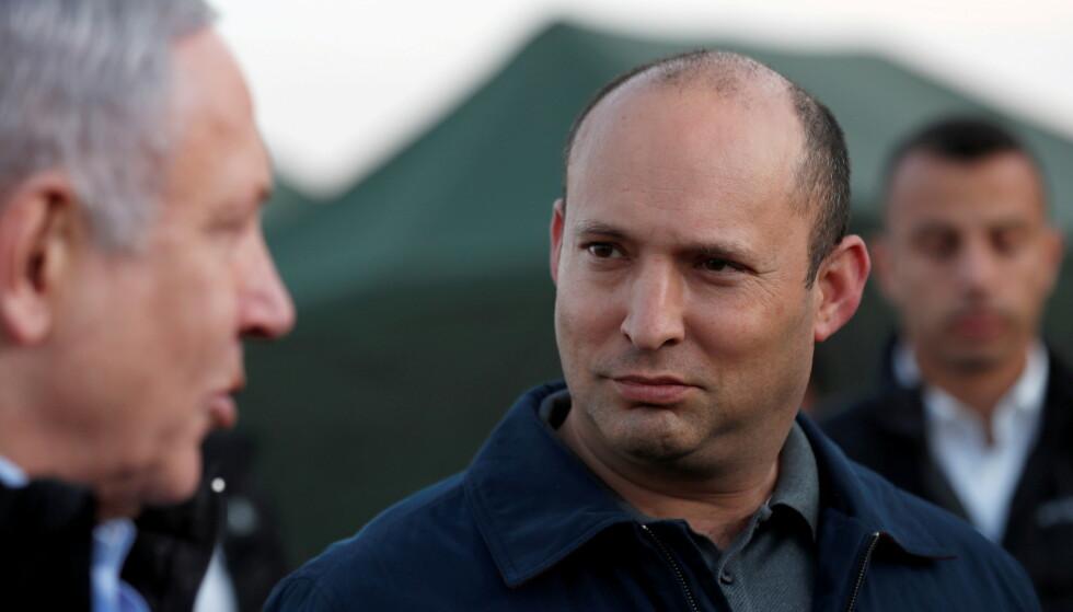 DEN GANG DA: I november 2019 var Naftali Bennett forsvarsminister for Benjamin Netanyahu (t.v), og de to besøkte de israelsk-okkuperte Golanhøydene. Bennett mistet etterhvert Netanyahus tillit, men er nå den som erstatter sjefen. Foto: Reuters / NTB