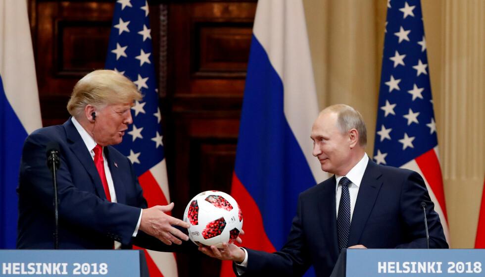2018: President Donald Trump benyttet anledningen til å gratulere Russlands president med landets gjennomføring av VM i fotball. Her får Trump en fotball av Putin mens de holder en pressekonferanse i Helsingfors. Foto: REUTERS/Grigory Dukor/ NTB