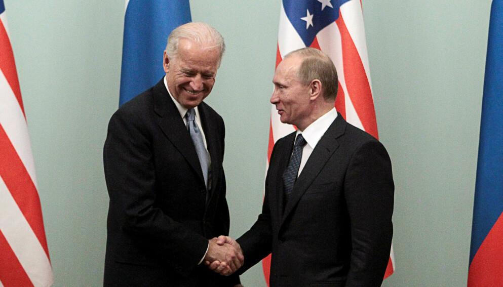 2011: Daværende visepresident Joe Biden møter Vladimir Putin, som på dette tidspunktet var statsminister, i Moskva i 2011. Foto: REUTERS/Alexander Natruskin/ NTB