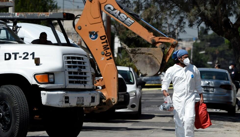 ETTERFORSKER: Politiet i Mexico City gjør undersøkelser i den antatte seriemorderens hjem. Foto: NTB / ALFREDO ESTRELLA / AE / AF