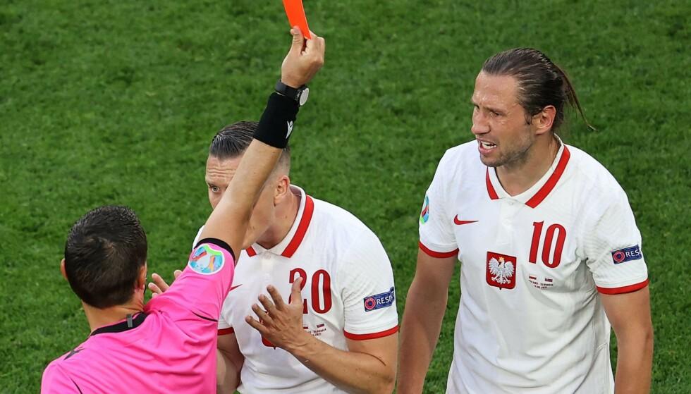 KALDDUSJ: Grzegorz Krychowiak ble utvist, etter sitt andre gule kort. Da tok Slovakia over kampen. Foto: AFP
