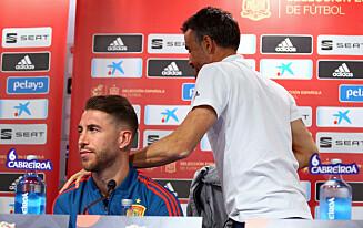 TAKK FOR INNSATSEN: Et skulderklapp fra Luis Enrique til Sergio Ramos. Men ingen plass i EM-troppen. Det var merkbart i åpningskampen mot Sverige FOTO: REUTERS/Antonio Bronic
