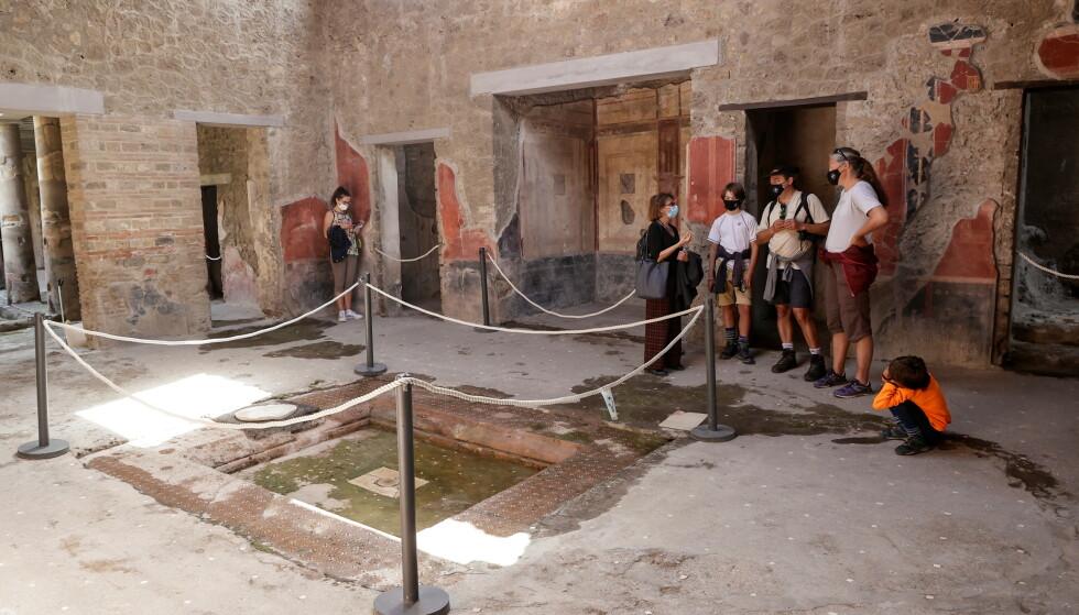 """MINI-POMPEII: Etter at en tidligere kino i Italia har gjennomgått renoveringer har det blitt funnet en """"mini-pompeii"""". Bildet viser turister som besøker den romerske byen Pompeii. Foto: Reuters/Ciro De Luca"""