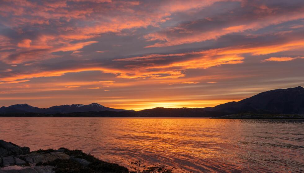 SOLNEDGANGER: Dagene er nå på sitt aller lyseste, og solnedgangene kan være en ren fryd for øyet. Foto: NTB
