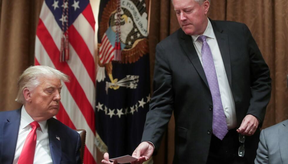 PRESSET: USAs forrige president, Donald Trump, og stabssjefen hans, Mark Meadows forsøkte å presse justisdepartementet til å hjelpe til med å omgjøre valgresultatet, ifølge e-poster. Foto: REUTERS/Jonathan Ernst/File Photo